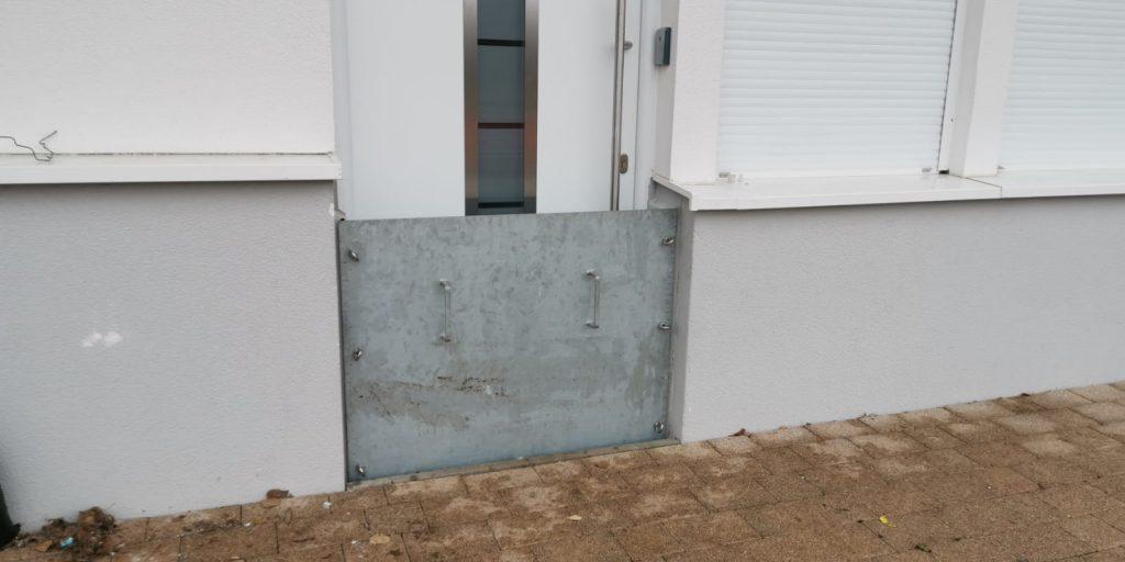 schützende Metallplatte gegen Hochwasser.